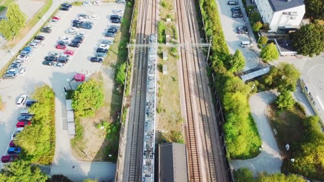 stockvideo's en b-roll-footage met trein vanuit treinstation, villa buitenwijk, haggvik, sollentuna - forensentrein