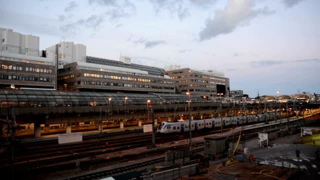 partenze dalla stazione ferroviaria - treno passeggeri video stock e b–roll