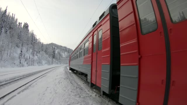 stockvideo's en b-roll-footage met trein vertrekt vanaf het station - trein
