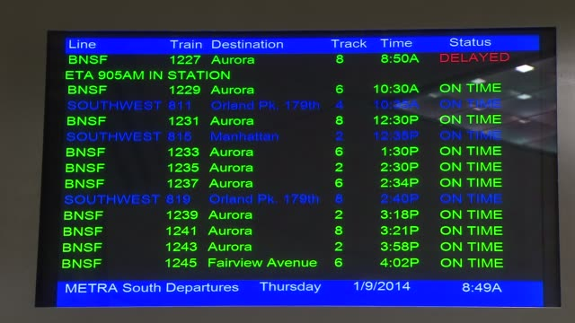 train departure board at union station on january 09, 2014 in chicago, illinois - 情報伝達サイン点の映像素材/bロール