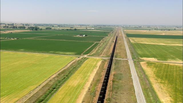 stockvideo's en b-roll-footage met trein ten oosten van billings - luchtfoto - montana, yellowstone county, verenigde staten - montana westelijke verenigde staten