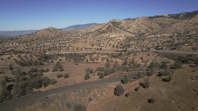 train entering tehachapi loop - aerial view - kalifornien stock-videos und b-roll-filmmaterial