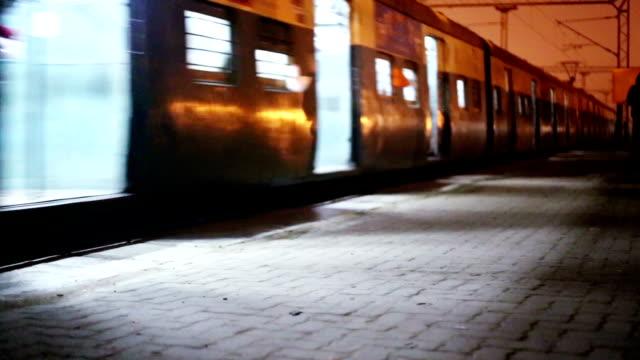 ingresso alla stazione ferroviaria di a notte - treno pendolare video stock e b–roll