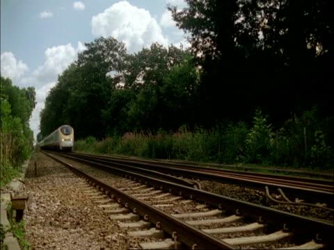 train - ms eurostar train passes through woods, pluckley, kent - eurostar stock-videos und b-roll-filmmaterial