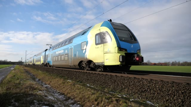 Tåg från Westfalenbahn i Lüdersfeld mellan Osnabrück och Hannover