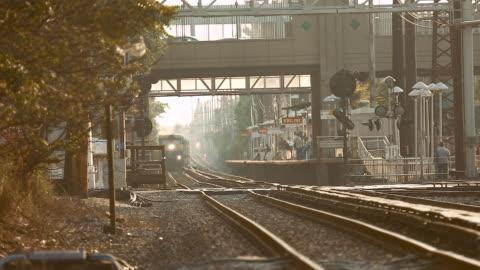 vidéos et rushes de train going fast trough station close to camera - long island