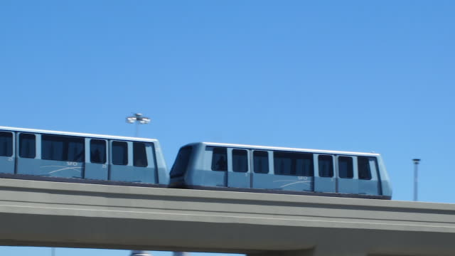 bart train going over bridge in terminal 3 of san francisco - hochbahn passagierzug stock-videos und b-roll-filmmaterial