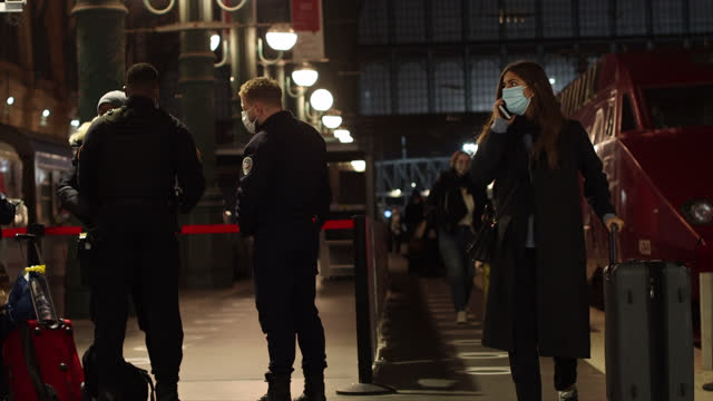 stockvideo's en b-roll-footage met train has arrived at gare de lyon in paris from amsterdam and brussels . since sunday january 24, france has imposed a negative pcr test, carried out... - grote groep mensen