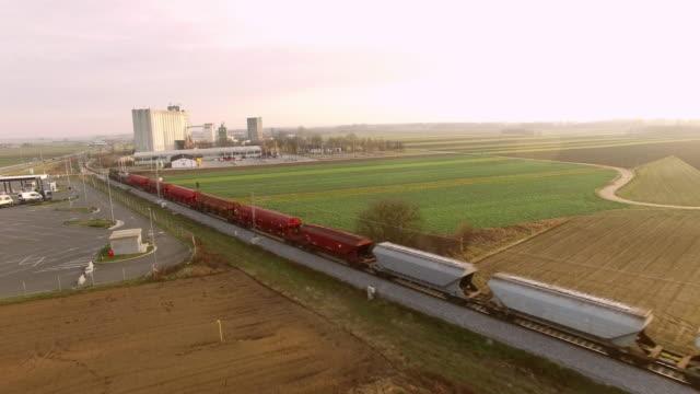 vídeos y material grabado en eventos de stock de partida de tren aérea a lo largo de la zona industrial - tren de carga