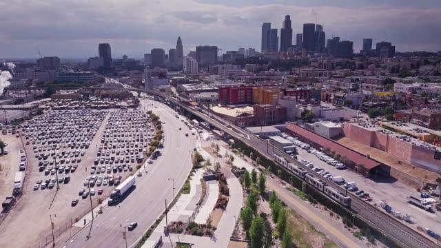 vídeos de stock, filmes e b-roll de trem indo através de los angeles - tiro aéreo - bairro chinês