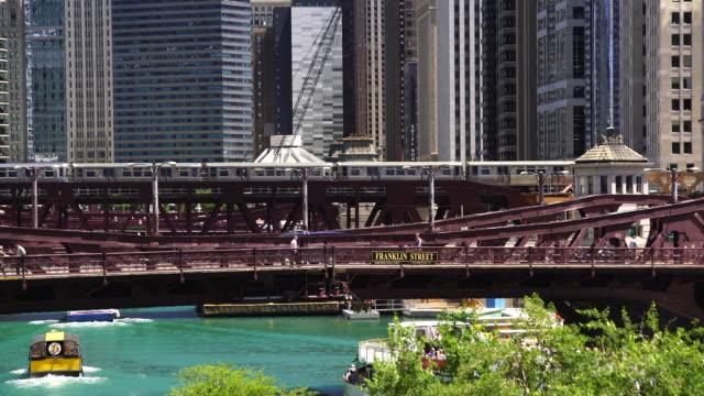 tåg i chicago med downtown skyline i illinois - fönsterrad bildbanksvideor och videomaterial från bakom kulisserna