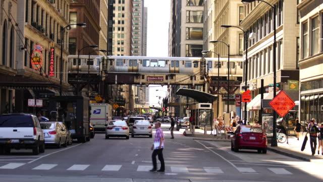 vídeos de stock, filmes e b-roll de trem em chicago com horizonte no centro de illinois - metrô de chicago