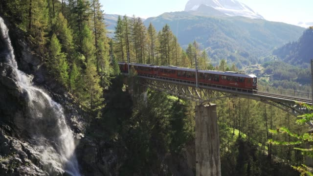 vídeos de stock e filmes b-roll de train in swiss alps near matterhorn mountain - suíça