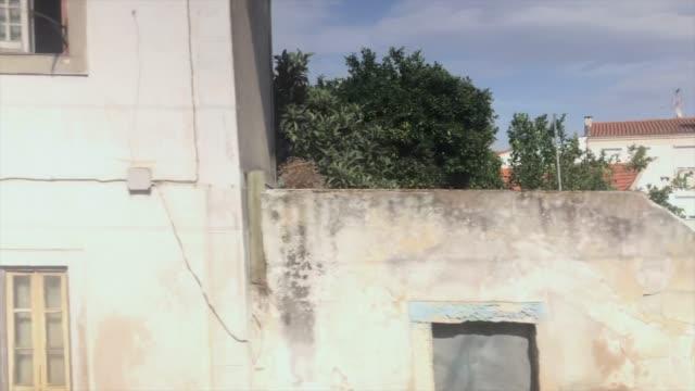vídeos de stock, filmes e b-roll de viagem de comboio através de aldeias portuguesas - ponto de vista de trem