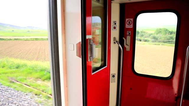 vídeos de stock e filmes b-roll de viagem de comboio - ponto de referência natural