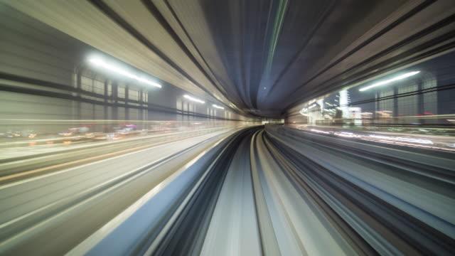 vídeos de stock, filmes e b-roll de pulando no túnel de trem - trem do metrô
