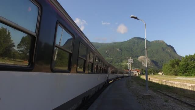 vidéos et rushes de train leaves from a mountain station - voie ferrée