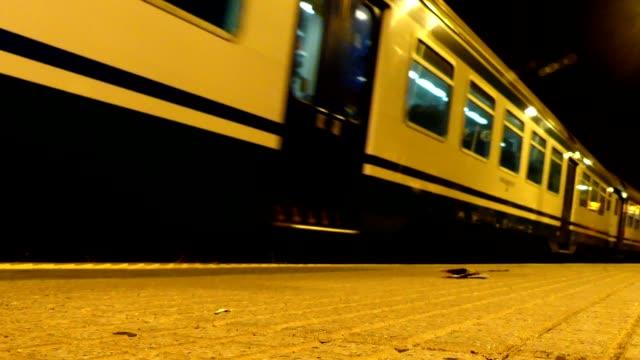 vídeos de stock e filmes b-roll de train leaves manarola station - estação do ano