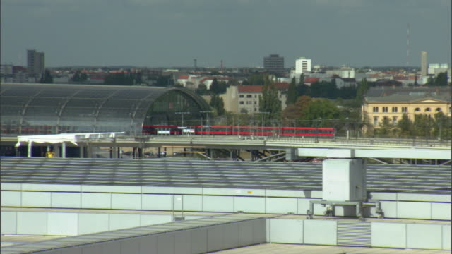 ws zo train leaving berlin hauptbanhof crossing station / berlin, germany - 2006 stock videos & royalty-free footage