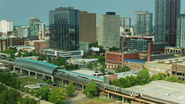 vídeos de stock e filmes b-roll de l train leaving cermak-mccormick place with pan revealing downtown chicago - chicago 'l'