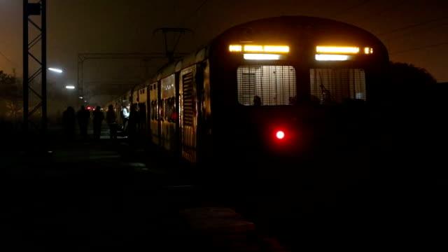 vídeos de stock, filmes e b-roll de saindo da estação de trem - passagem de nível