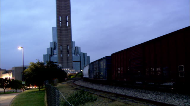 a train moves slowly toward downtown dallas, texas. available in hd. - c119gs点の映像素材/bロール