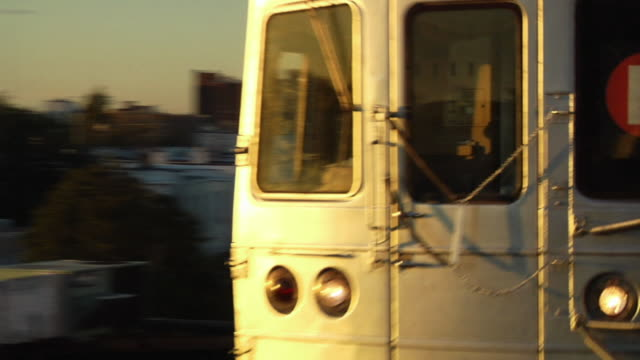 ecu, train moving fast, coney island, brooklyn, new york city, new york, usa - coney island stock-videos und b-roll-filmmaterial
