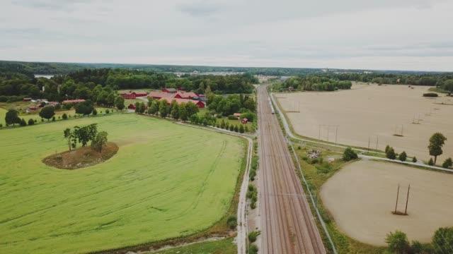 stockvideo's en b-roll-footage met trein in landschap, luchtfoto van bovenaf te bewegen - trein