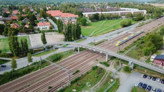 vidéos et rushes de train se déplaçant dans le paysage, vue aérienne d'en haut - suède