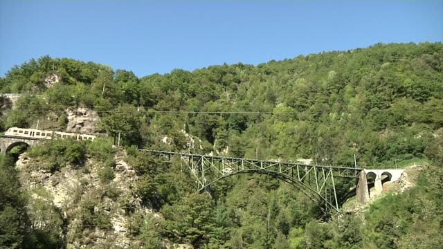 Train of the Centovalli railway crossing the Ruinacci bridge