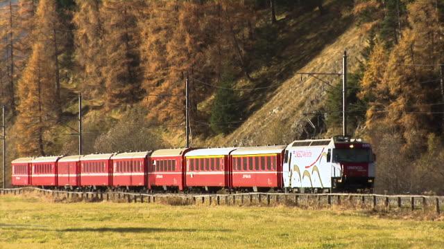 vídeos y material grabado en eventos de stock de train of the rhaetian railway / rhätische bahn (rhb) - tren de pasajeros