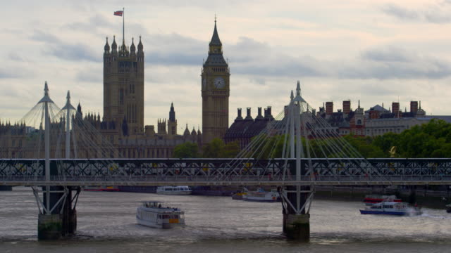 train on hungerford bridge and westminster - hungerford bridge stock videos & royalty-free footage
