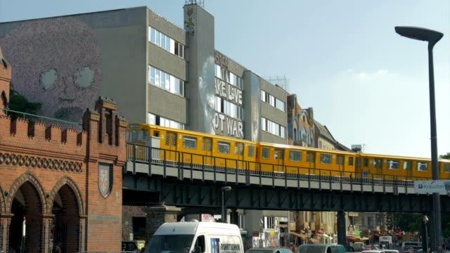 vídeos y material grabado en eventos de stock de train on oberbaumbrucke bridge, - escritura occidental