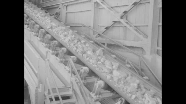 vídeos de stock, filmes e b-roll de ls train on tracks at chuquicamata chile copper mine / vs train on tracks at mine on curve transporting rock / vs cu train transporting rock / ms... - moving activity