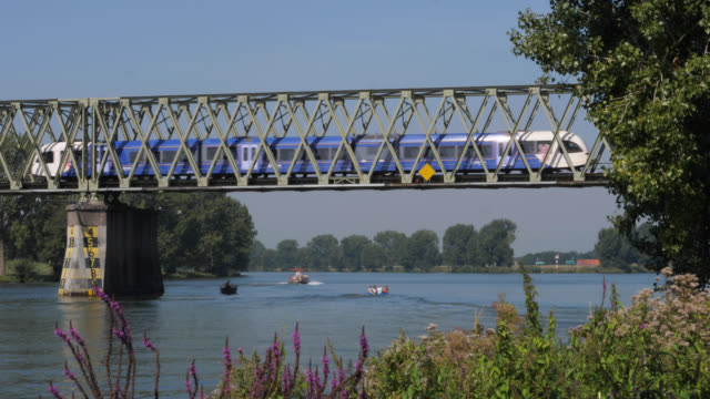 stockvideo's en b-roll-footage met trein over de maasbrug bij mook - de brug