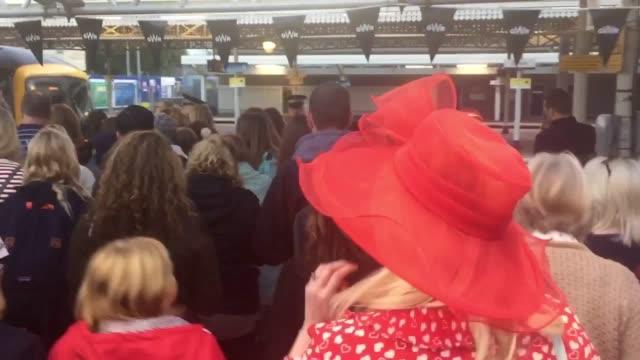 vídeos de stock e filmes b-roll de train passengers at slough head to windsor for the royal wedding of prince harry and meghan markle - meghan markle