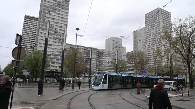 vidéos et rushes de train passes in the background the skyscrapers of the chinese district during the inauguration of the new tramway line between porte de choisy and... - tramway