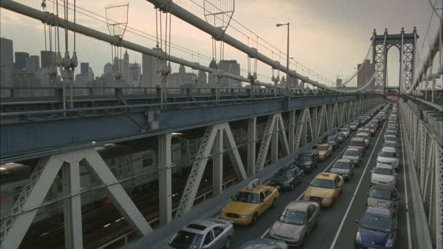 A train passes rows of backed up traffic on the Manhattan Bridge.