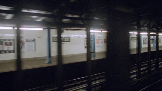 a train passes through a new york subway station. - u bahnzug stock-videos und b-roll-filmmaterial
