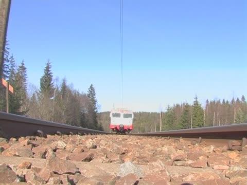 vídeos y material grabado en eventos de stock de tren que pasa por encima de - buena condición