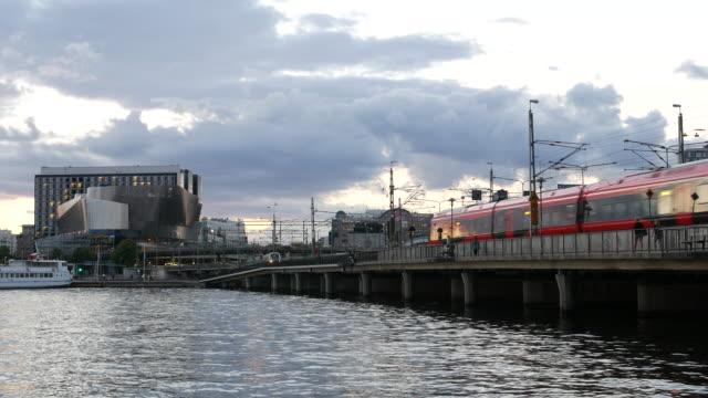 vídeos de stock, filmes e b-roll de trem passando cidade de estocolmo - vista da cidade