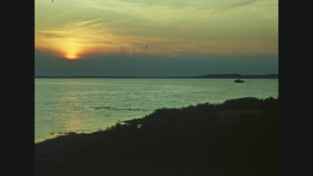 vidéos et rushes de train passing lietzow / signboard of lietzow / view to several houses and to the water / car passing the streat of lietzow / view around the bay and... - baie eau