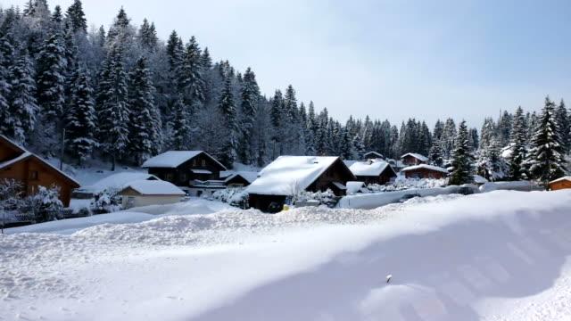 Zug vorbei an der Schnee village