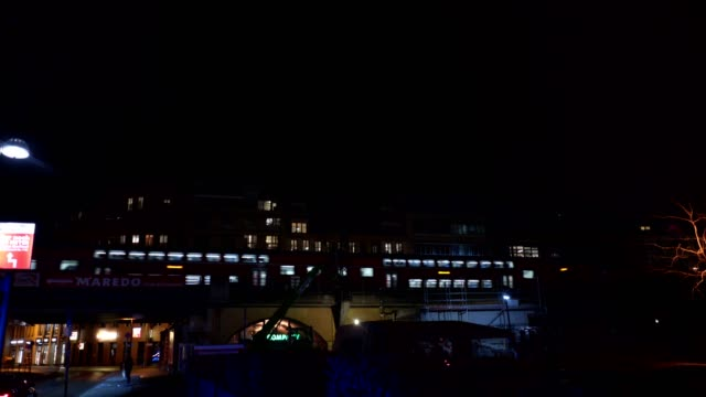 Zug vorbei durch die Stadt bei Nacht