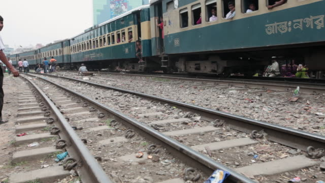 train passing through the karwan slum, dhaka, bangladesh, indian sub-continent, asia - dhaka stock videos & royalty-free footage