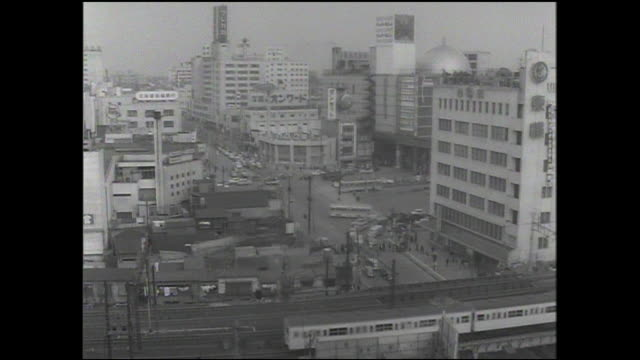 stockvideo's en b-roll-footage met a train pulls out of  shibuya station as commuters walk across hachiko plaza. - shibuya shibuya station