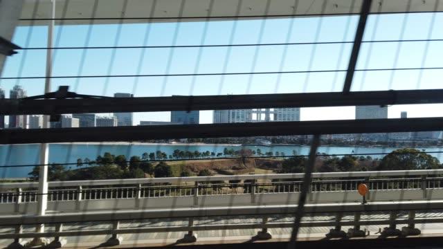 vídeos y material grabado en eventos de stock de tren ferrocarril camino a la isla de odaiba - en lo alto posición descriptiva