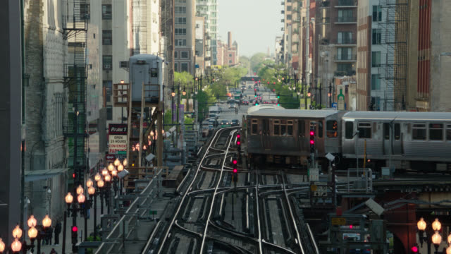 el train r-l, turns r & continues away from camera - chicago 'l' stock videos & royalty-free footage