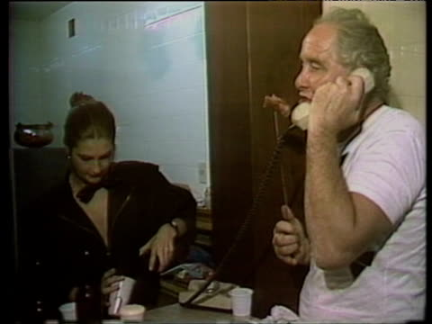 train robber ronnie biggs celebrating with family and friends at party marking 20th anniversary of his escape from prison july 1985 - 脱獄する点の映像素材/bロール