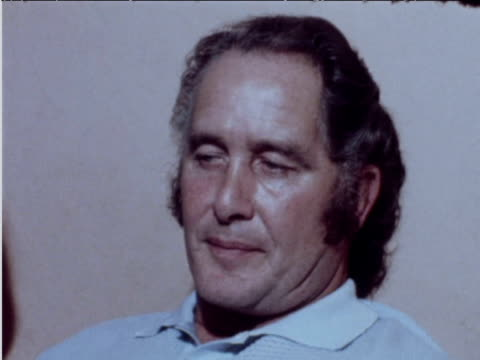 train robber ronnie biggs comments on wanting to contact scotland yard june 1974 - 脱獄する点の映像素材/bロール